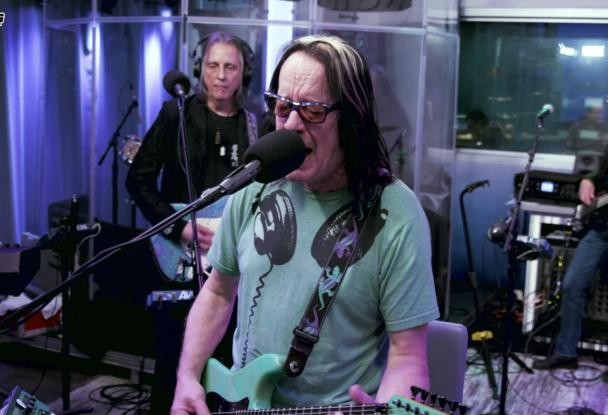 Watch-Todd-Rundgren-Cover-Weezer039s-quotHash-Pipequot-Live-In-Studio