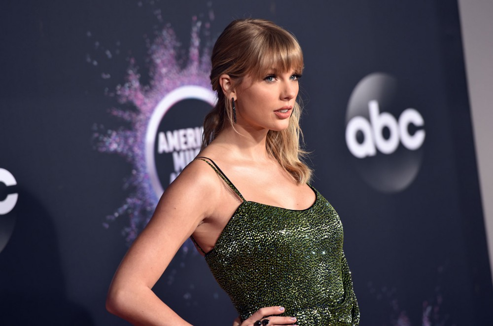 Taylor-Swift-Thanks-Fans-Following-Massive-AMAs-Night-I-Was-Up-There-Because-of-You