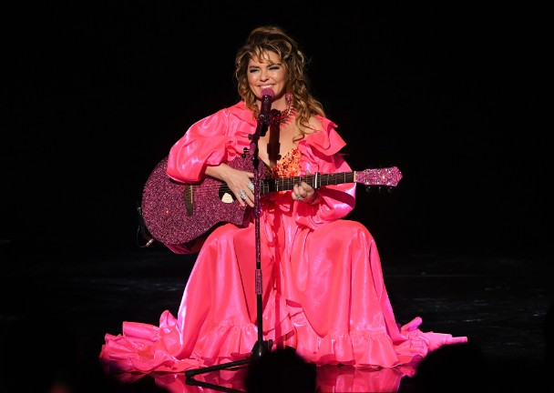 Watch-Shania-Twain-Cover-Post-Malone-Twenty-One-Pilots-Taylor-Swift-amp-Drake-At-The-AMAs